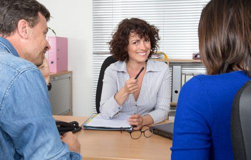 Et si l'entretien devenait un réel temps de rencontre singulière : spécificités et singularités de l'entretien avec les familles, les enfants
