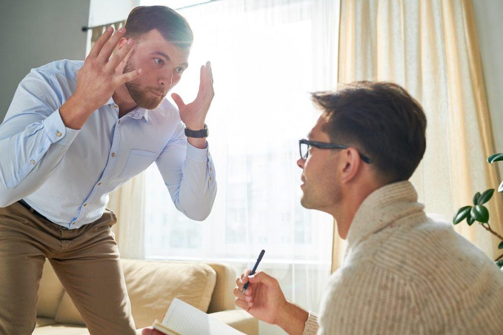 Un homme exprime sa colère et sa frustration chez son psychiatre